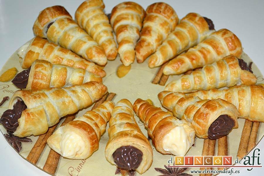 Conos de hojaldre rellenos con crema pastelera, disponerlos en la bandeja de presentación