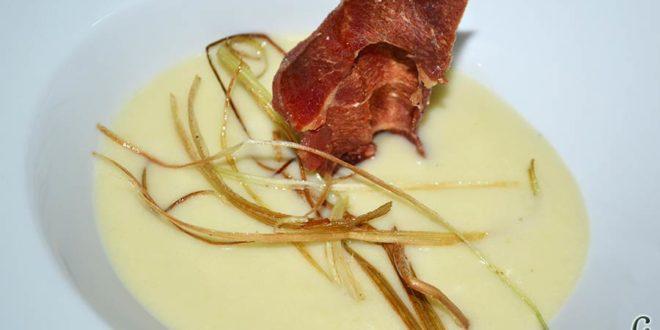 Crema de puerros y apio con crujiente de jamón