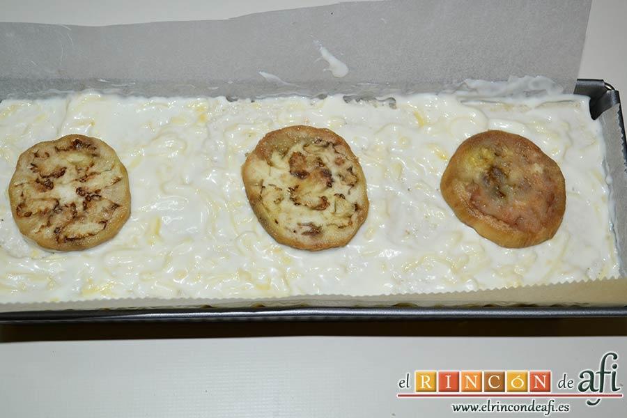 Croque cake de berenjenas, cubrir con bechamel y decorar con berenjenas