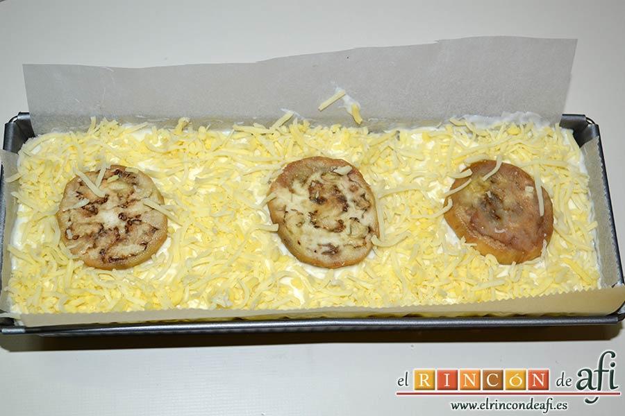 Croque cake de berenjenas, espolvorear con el resto del queso