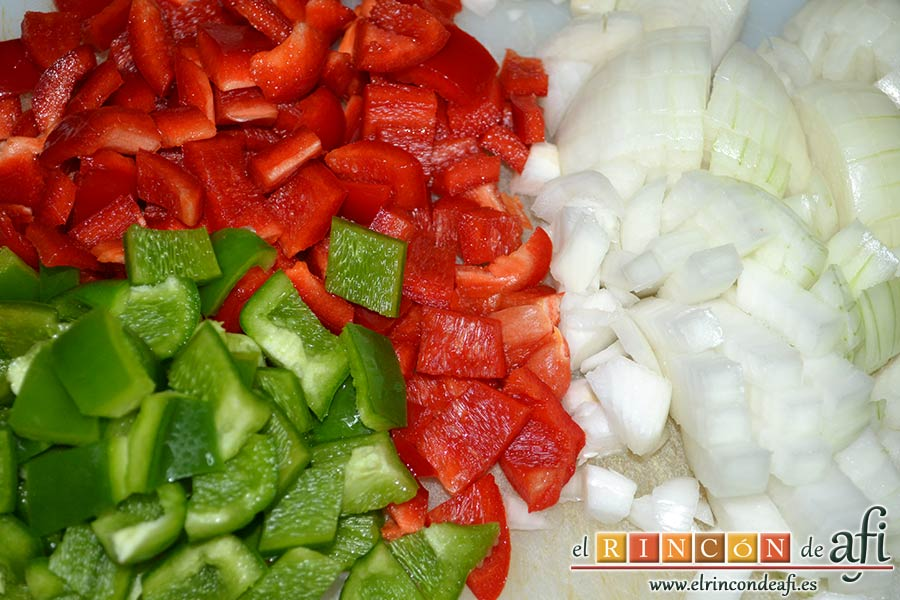 Empanada de carne, bacon y dátiles, picar en cuadrados las cebollas y los pimientos