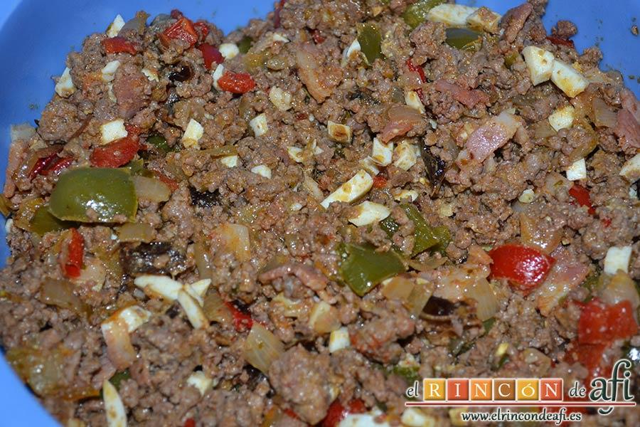 Empanada de carne, bacon y dátiles, mezclar todo bien hasta integrar y ponerlo a escurrir en un colador