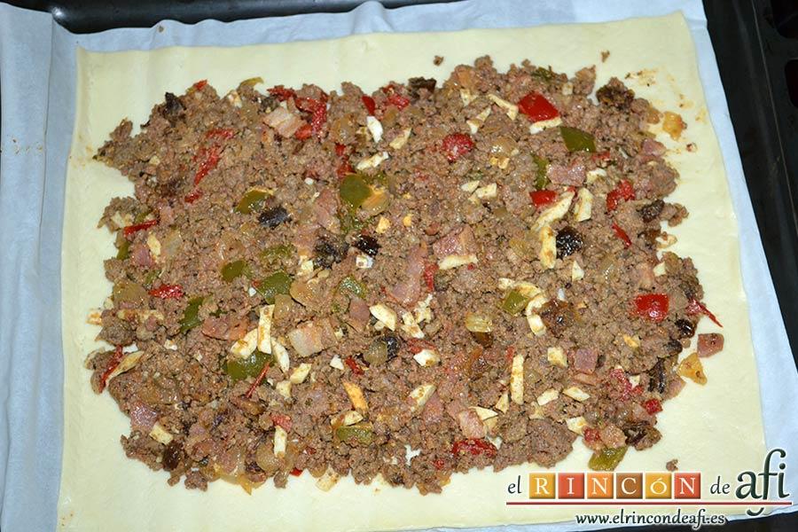 Empanada de carne, bacon y dátiles, entender plancha de masa y volcar el preparado encima dejando separación en los bordes