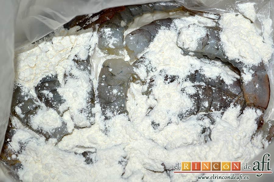 Langostinos rebozados con coco, cubrirlos con harina