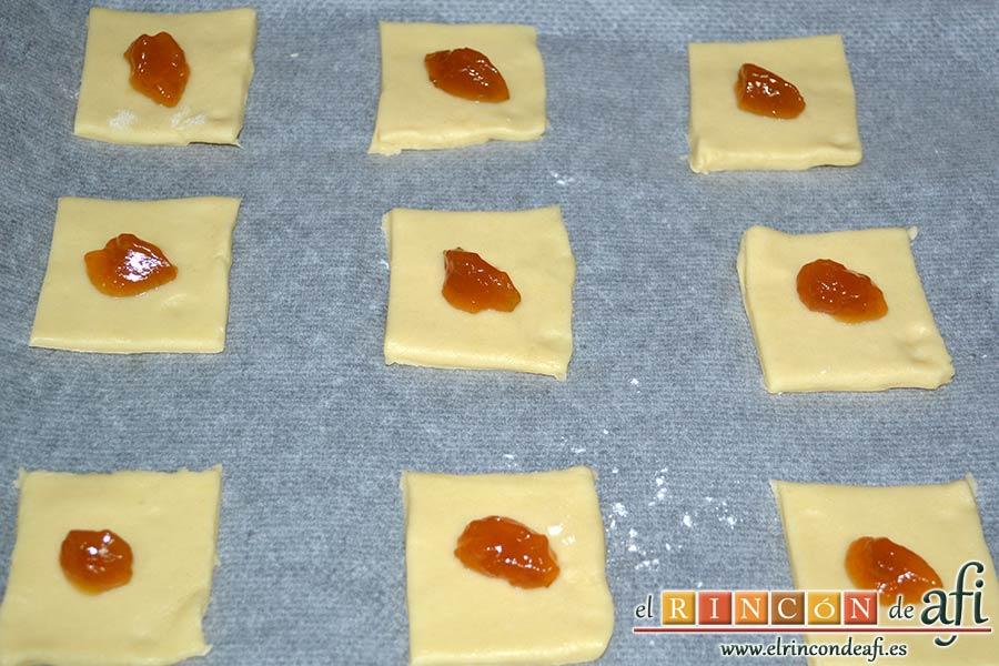Pajaritas de galleta, poner una porción de mermelada en cada cuadrado
