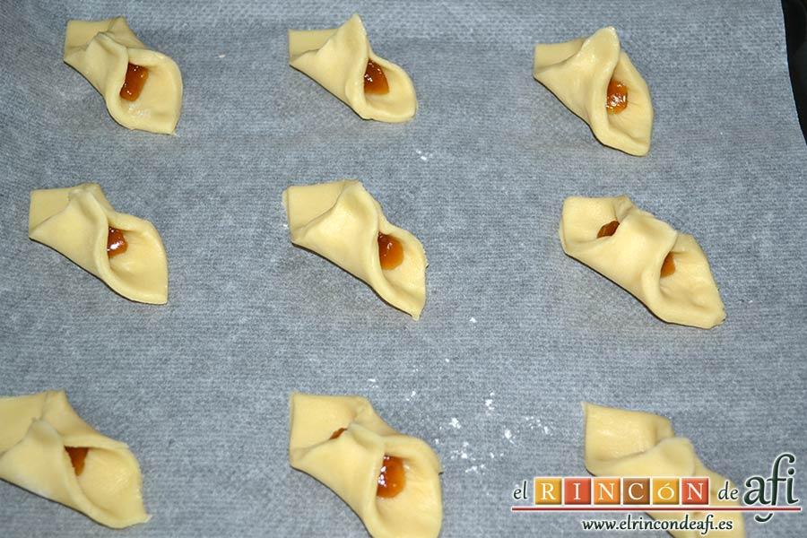 Pajaritas de galleta, darle forma de corbata uniendo los lados