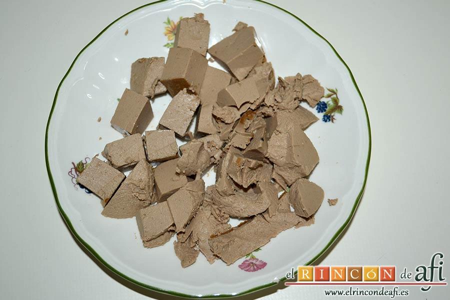 Secreto con salsa de foie, cortar el foie en cubitos pequeños