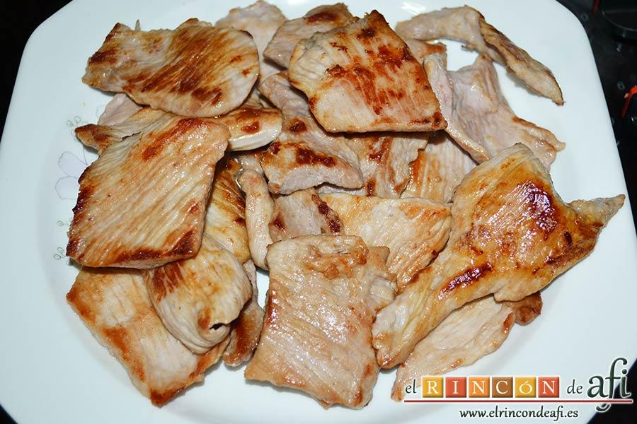 Secreto con salsa de foie, reservarlos en un plato hasta el momento de servirlos