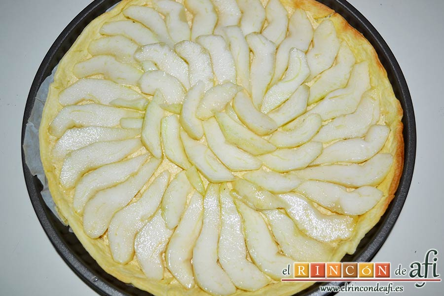 Tarta de pera y crema frangipane, laminar las peras y colocarlas sobre la crema de forma decorativa