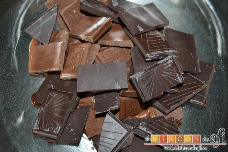Turrón de chocolate con arroz inflado, trocear el chocolate y ponerlo en un molde