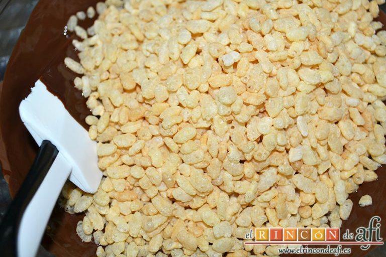 Turrón de chocolate con arroz inflado, añadir el arroz inflado