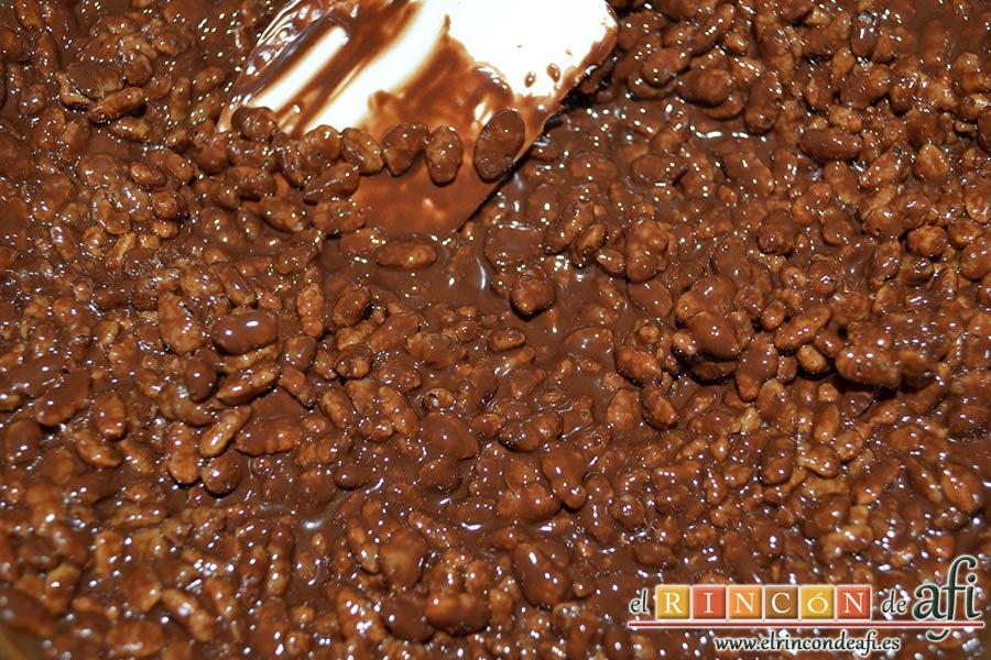Turrón de chocolate con arroz inflado, mezclar bien hasta que el arroz esté impregnado de chocolate