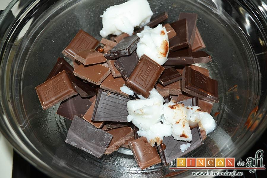 Turrón de chocolate con almendras, derretir al baño María los chocolates con la manteca de cerdo