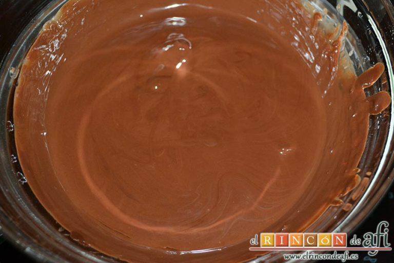 Turrón de chocolate con almendras, remover con espátula hasta que esté todo bien integrado