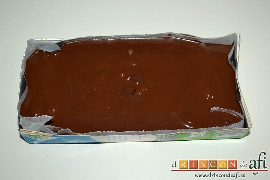Turrón de chocolate con almendras, forrar el molde con papel de horno y volcar la mezcla dejándola lisa