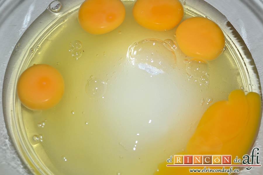 Coca de calabaza, poner en un bol grande los huevos y el azúcar