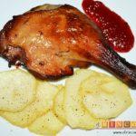 Confit de pato con papas fritas en su grasa y mermelada de pimientos del piquillo