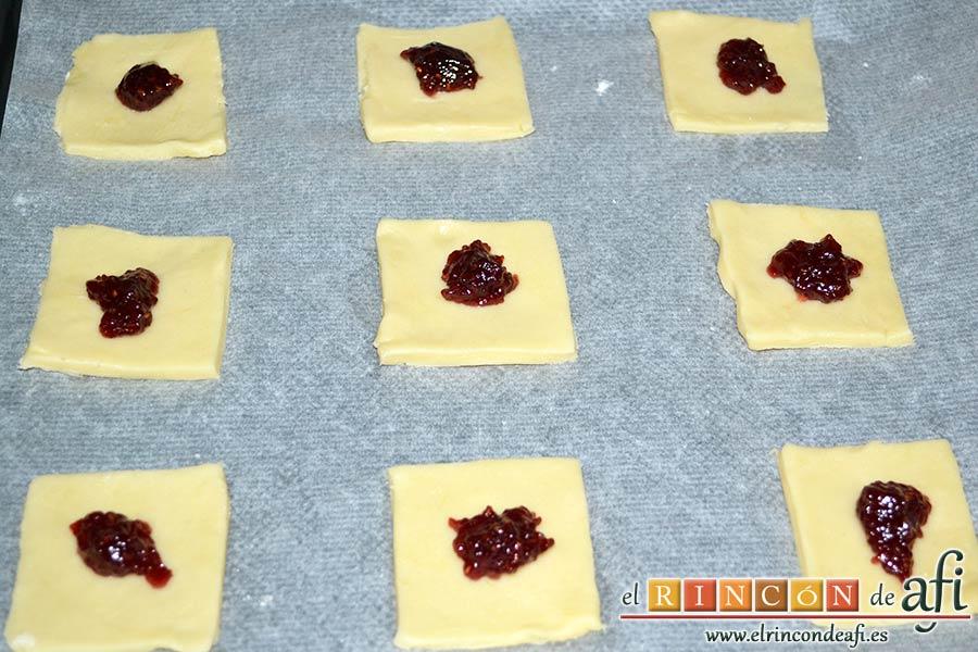 Pajaritas de galleta, poner mermelada en el centro de cada cuadradito