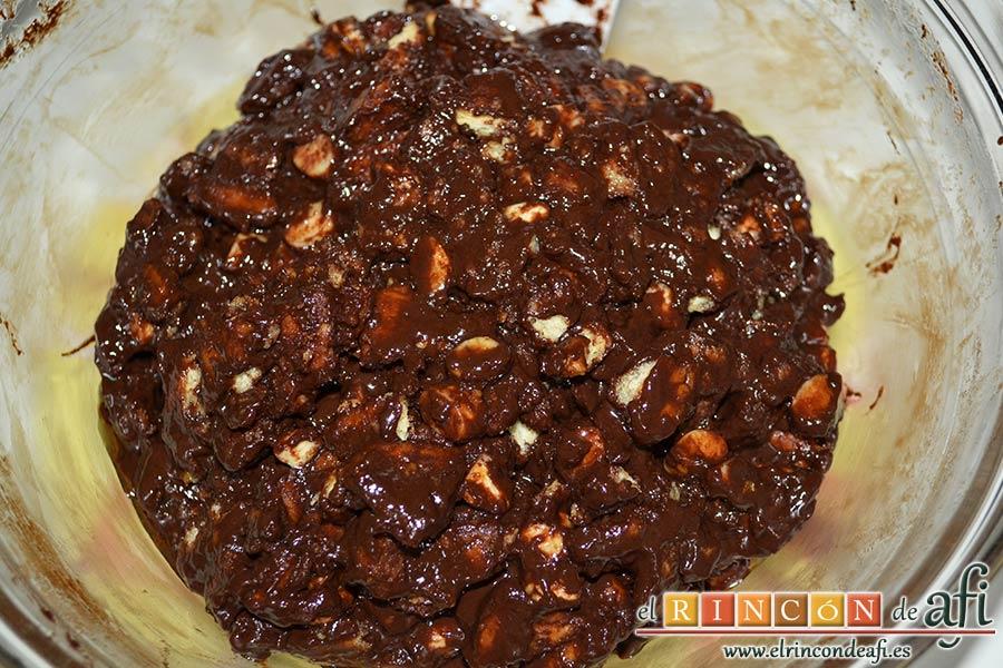 Salchichón de chocolate, mezclar todo bien