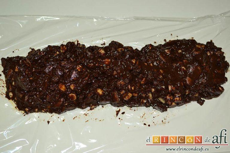 Salchichón de chocolate, preparar el papel film y distribuir la mezcla