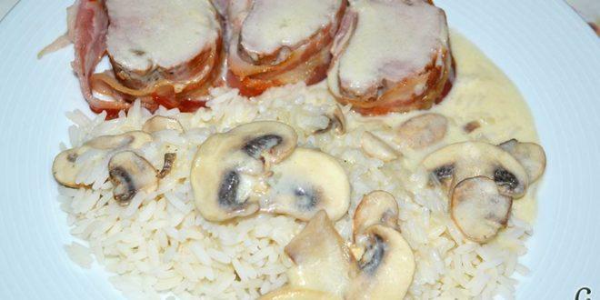 Solomillos de cerdo envueltos en bacon con crema de setas