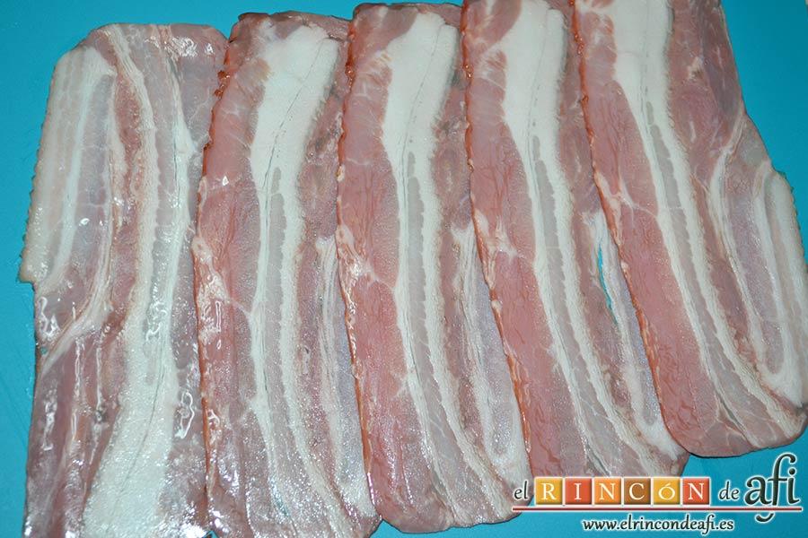 Solomillos de cerdo envueltos en bacon con crema de setas, poner las lonchas de bacon en una superficie plana