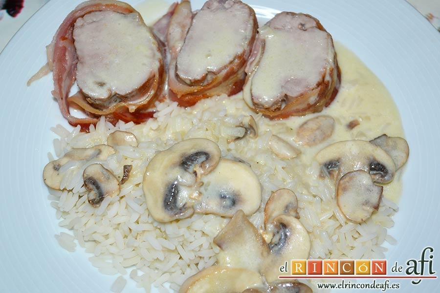 Solomillos de cerdo envueltos en bacon con crema de setas, sugerencia de presentación