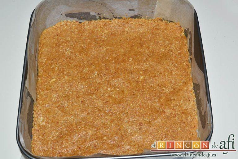 Tarta fría de turrón de Jijona, rellenar el molde con la mezcla bien prensada