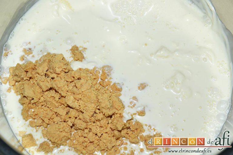 Tarta fría de turrón de Jijona, meterlo en un caldero con el azúcar y la nata