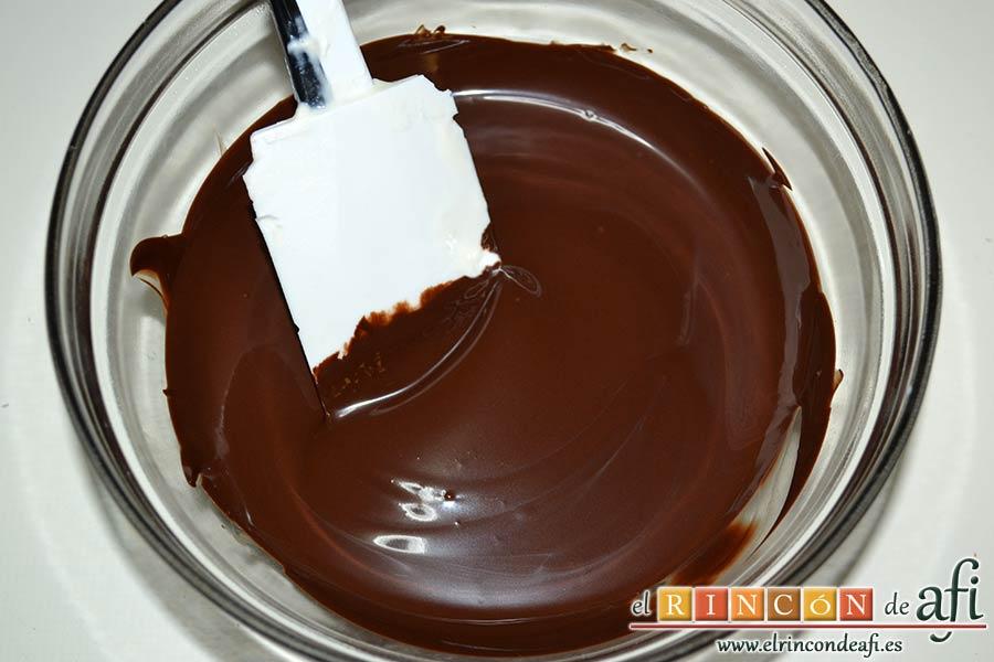 Tronco de Navidad relleno de trufa, fundir el chocolate