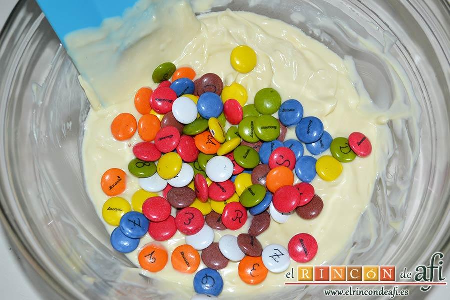 Turrón de chocolate blanco y Lacasitos, añadirlos a la mezcla