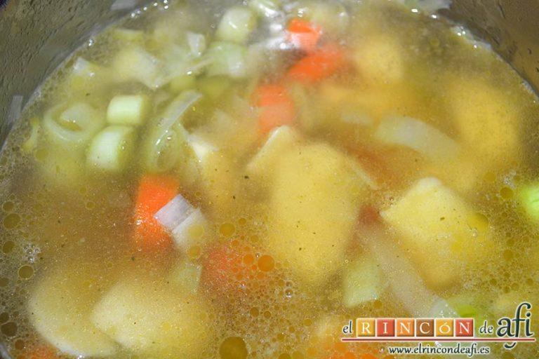Crema de porrusalda, añadir el caldo de verduras