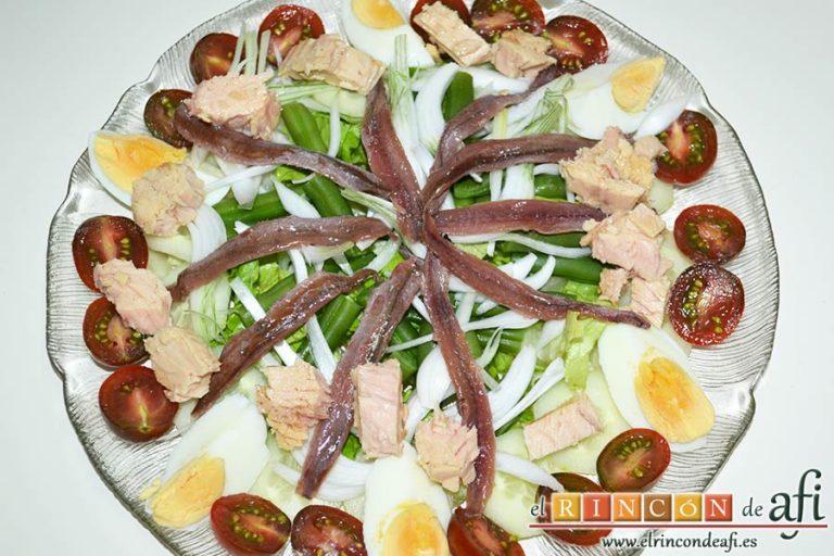 Ensalada Nizarda, poner encima las habichuelas, las anchoas y el atún