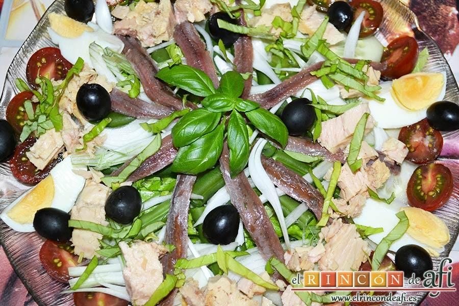 Ensalada Nizarda, decorar con albahaca