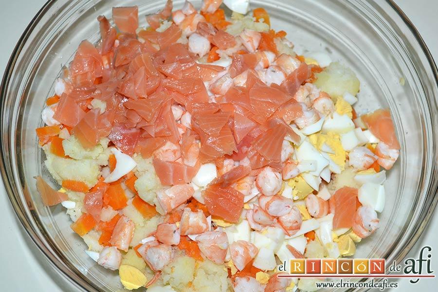 Ensaladilla de langostinos y salmón, trocearlo y añadir