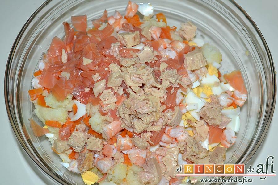 Ensaladilla de langostinos y salmón, escurrir bien de aceite el bonito, desmenuzarlo y añadirlo