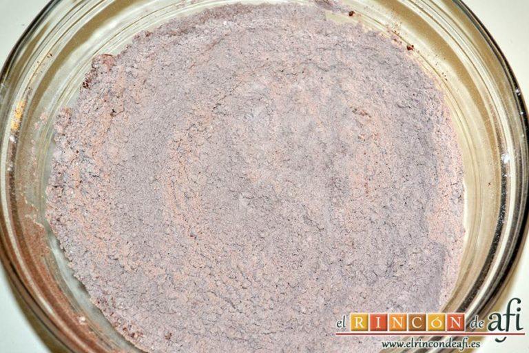 Galletas de mantequilla al chocolate, mezclar con varillas manuales