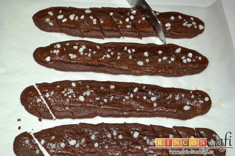 Galletas de mantequilla al chocolate, cortarlas al bies con un buen cuchillo