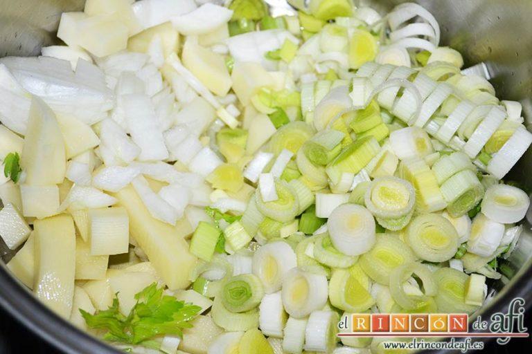 Crema de maíz y puerros, agregar los ingredientes troceados