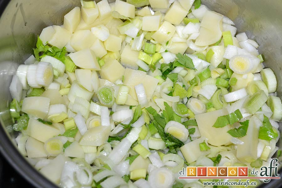 Crema de maíz y puerros, vigilar a que la cebolla esté transparente
