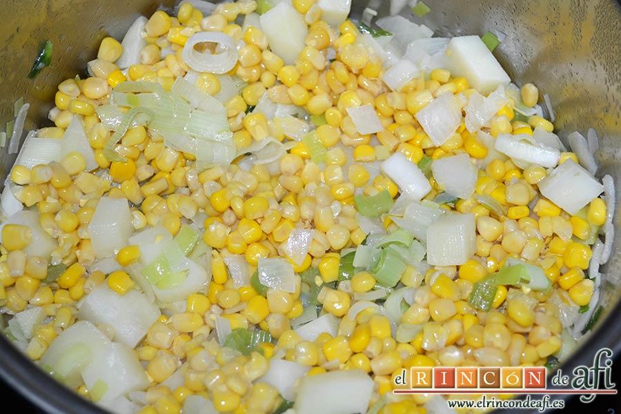 Crema de maíz y puerros, remover todos los ingredientes