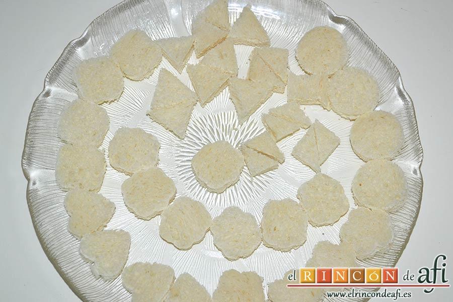 Crema de maíz y puerros, cortar formas en el pan de molde