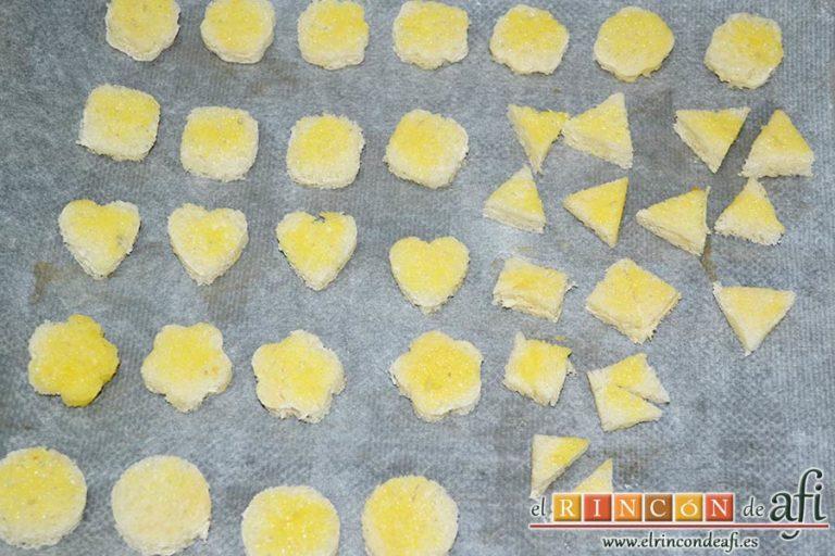 Crema de maíz y puerros, pintar las formas de pan con la mantequilla sobre una bandeja de horno
