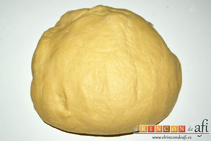 Pasteles rellenos de carne de membrillo, pasar la masa a una tabla y formar una bola
