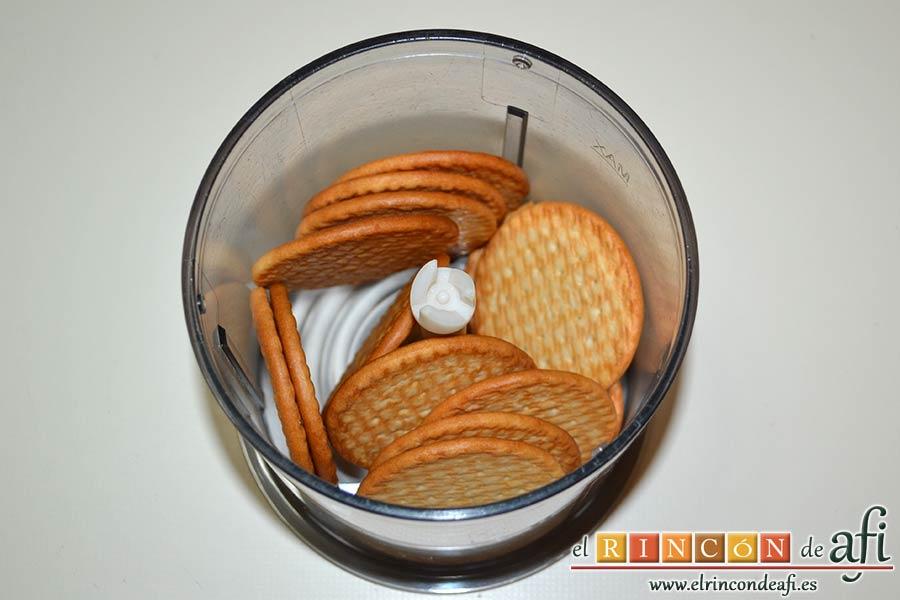 Tarta de queso con harina de fécula de maíz y mermelada de ciruelas rojas casera, triturar las galletas