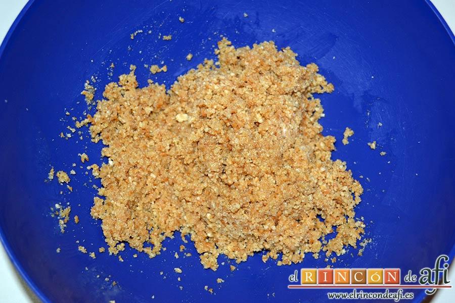 Tarta de queso con harina de fécula de maíz y mermelada de ciruelas rojas casera, mezclar bien