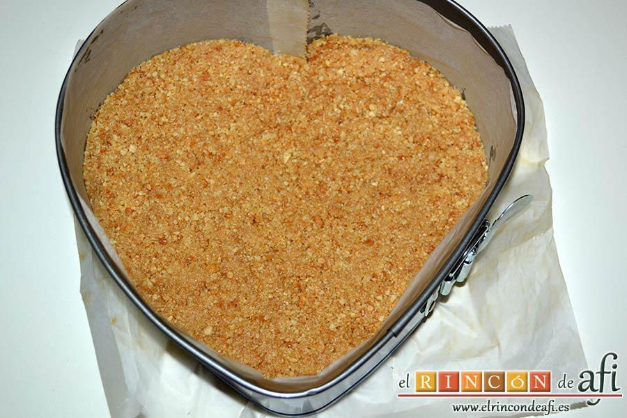Tarta de queso con harina de fécula de maíz y mermelada de ciruelas rojas casera, poner las galletas en el molde para hacer la base