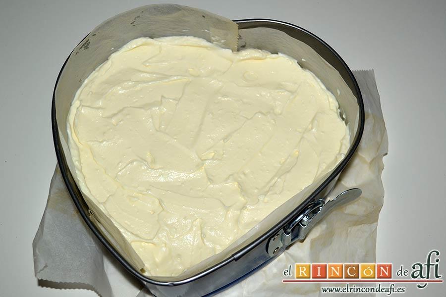 Tarta de queso con harina de fécula de maíz y mermelada de ciruelas rojas casera, volcar sobre el molde y extender