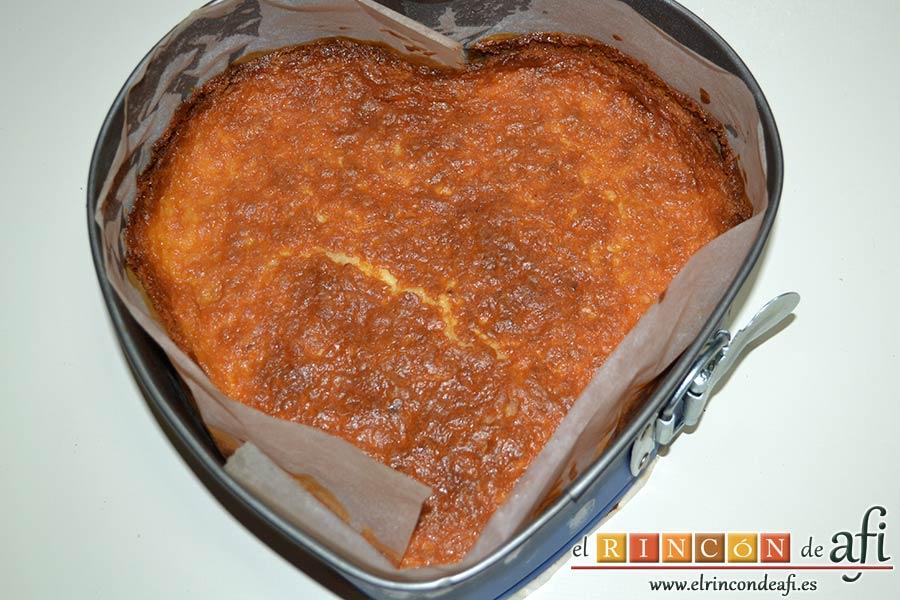 Tarta de queso con harina de fécula de maíz y mermelada de ciruelas rojas casera, hornear y dejar enfriar