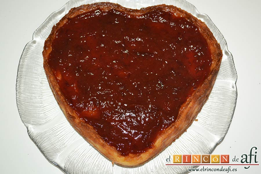 Tarta de queso con harina de fécula de maíz y mermelada de ciruelas rojas casera, cubrir toda la tarta